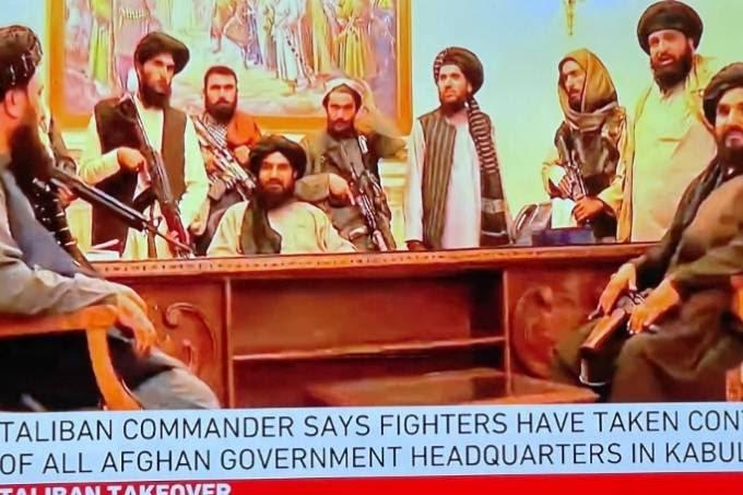 O grupo extremista Talibã voltou ao poder depois de tomar a capital do Afeganistão, Cabul